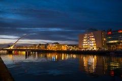 Dublin Ireland bij nacht over rivier Liffey, Overeenkomstcentrum en Samuel Beckett Bridge stock fotografie