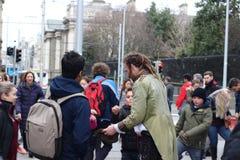 Dublin Ireland, 21 Februari 2018: Redactiefoto van een mens die betalingen na straatprestaties verzamelen op Grafton Stock Foto's
