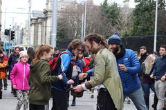 Dublin Ireland, 21 Februari 2018: Redactiefoto van een mens die betalingen na straatprestaties verzamelen op Grafton Royalty-vrije Stock Foto