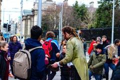 Dublin Ireland Februari 21 2018: Redaktörs- foto av en man som samlar spetsar efter en gatakapacitet Viktigt för royaltyfria bilder
