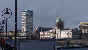 Dublin Irland cityscape: Flod Liffey, beställnings- hus, Liberty Hall och Dublin Spire arkivfoton