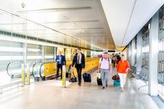 Dublin Irland, Maj 2019 Dublin flygplats, folk som g?r till passkontroll efter ankomst royaltyfria bilder