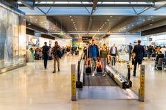 Dublin Irland, Maj 2019 Dublin flygplats, folk som rusar f?r deras flyg, avvikelsekorridor royaltyfria foton