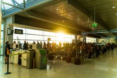 Dublin Irland, Maj 2019 Dublin flygplats, folk som v?ntar p? deras flyg arkivfoto