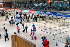 Dublin Irland, Maj 2019 Dublin flygplatsterminal 1, folk som in kontrollerar för deras flyg royaltyfri bild