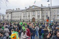 DUBLIN IRLAND - MARS 17: Sts Patrick dag ståtar i Dublin Arkivfoto