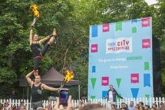 Dublin, Irlanda - 13 de julho: Acrobatas do fogo nos cuidados médicos de Laya Imagem de Stock Royalty Free