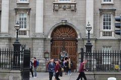 Dublin, Irlande - 18 février 2018 : Les personnes à la cour d'université de trinité à Dublin, Irlande le 18 février 2018 ceci son photos stock