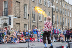 Dublin, Irlande - 13 juillet : Cracheur de feu dans les soins de santé de Laya Images stock