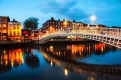 Dublin, Irlande Vue de nuit d'ha lumineux célèbre Penny Bridge Photographie stock