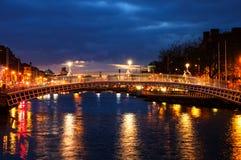Dublin, Irlande Vue de nuit de pont célèbre de penny d'ha Image stock