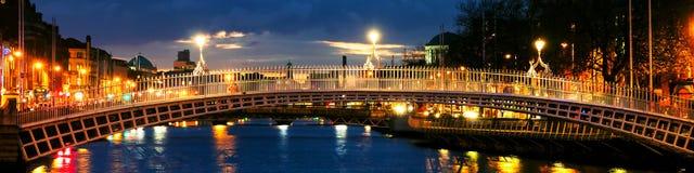 Dublin, Irlande Vue de nuit de pont célèbre de penny d'ha Photos libres de droits