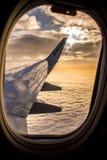 DUBLIN IRLANDIA, KWIECIEŃ, - 23, 2017: Ryanair logo w skrzydle samolot z niebem jako tło Ryanair tanich loty obraz stock
