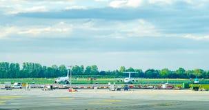 Dublin, Irlandia, Maja 2019 Dublin lotnisko, wielosk?adnikowi samoloty czeka na pasie startowym fotografia stock