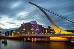 Dublin Irlandia, Samuel Beckett, - most przy półmrokiem fotografia royalty free