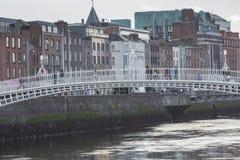 DUBLIN - JANUARI 12: Liffey flod på Januari 12, 2015, Dublin Arkivfoto