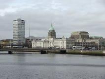 Dublin met Douanehuis Stock Foto
