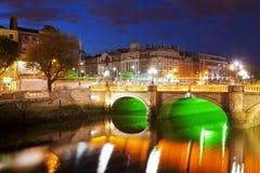 Dublin på natten ner vid den Liffey floden Royaltyfri Bild