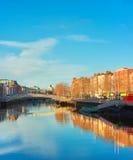 Dublin, panoramiczny wizerunek Przyrodni centu lub brzęczenia ` centu most Obraz Stock