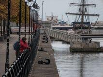 Dublin Quays flod Liffey till milleniumbron och svältskeppet Jeanie Johnston arkivbilder