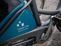 Dublin rowery spiskują - zamyka w górę szczegółu na rowerze dostępnym dla jawnego wynajem w Irlandia zdjęcie royalty free