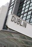 Dublin Signpost med byggnad royaltyfria bilder
