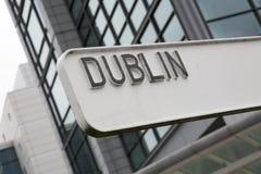 Dublin Signpost med byggnad arkivfoton