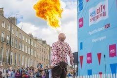 Dublino, Irlanda - 13 luglio: Mangiatore di fuoco nella sanità di Laya Immagini Stock Libere da Diritti