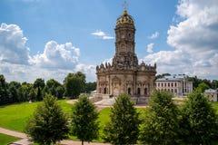 Dubrovitsy, область Москвы, РОССИЯ 17-ое июля 2018 Церковь знака благословленной девственницы стоковое фото