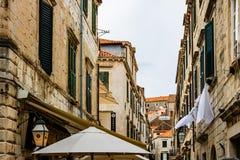 Dubrovnick, Kroatië - 2019 Beroemde commerciële smalle steeg van bestemming van de de stads prominente reis van Dubrovnik de oude royalty-vrije stock foto