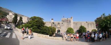 Dubrovnik, Δαλματία/Κροατία  06/03/2018: Μια μπροστινή άποψη του τοίχου και η κυρία είσοδος της παλαιάς πόλης Dubrovnik στοκ εικόνες