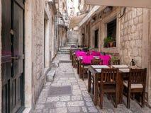 Dubrovnik, Κροατία - τον Απρίλιο του 2019: Παλαιά πόλη Dubrovnik Υπαίθριο εστιατόριο σε μια από τις στενές οδούς της μεσαιωνικής  στοκ εικόνες με δικαίωμα ελεύθερης χρήσης