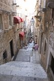Dubrovnik, τουρίστες της Κροατίας στην παλαιά στενή οδό με τα σκαλοπάτια σε Dubrovnik στοκ εικόνα με δικαίωμα ελεύθερης χρήσης