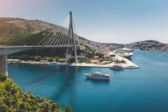 Dubrovnik bro i Adriatiskt havet, Kroatien Arkivfoto