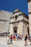 Dubrovnik, Chorwacja, Czerwiec 2015 Kwadrat przed średniowiecznym kościół katolickim wśrodku fortecznych ścian obrazy royalty free