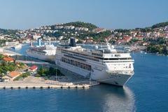 Dubrovnik Chorwacja, Lipiec, - 21, 2016: MSC Sinfonia i Thomson świętowania statki w porcie miasteczko Obrazy Royalty Free