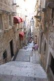 Dubrovnik, Chorwacja turyści w starej wąskiej ulicie z schodkami w Dubrovnik obraz royalty free