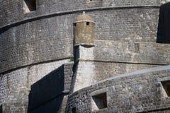 Dubrovnik citadellvägg med watchtoweren Arkivfoton