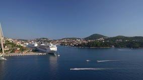 Dubrovnik, Croácia - 21 de julho de 2016: O CAM Sinfonia e navios de Thomson Celebration no porto da cidade vídeos de arquivo