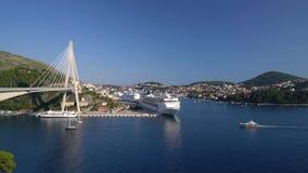Dubrovnik, Croácia - 21 de julho de 2016: O CAM Sinfonia e navios de Thomson Celebration no porto da cidade filme