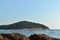 Dubrovnik/Croacia - 9 de septiembre de 2014: El grupo de personas kayaking en la bahía de Dubrovnik imágenes de archivo libres de regalías