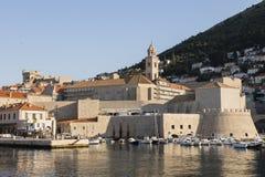 Dubrovnik, Croacia, el 20 de julio de 2017: Puerto del barco con el Dubvronik histórico Imágenes de archivo libres de regalías