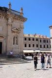 Dubrovnik, Croacia, junio de 2015 Fragmento de una iglesia católica medieval en uno de los cuadrados de la ciudad imagenes de archivo