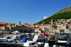 Dubrovnik /Croatia - 9 de setembro de 2014: O porto velho de Dubrovnik imagem de stock