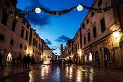 DUBROVNIK, CROATIE - 31 décembre 2015 : Vieille rue de Stradun décorée des lumières et des ornements de Noël, brillant dans l'a r Photos libres de droits