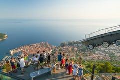 Dubrovnik, Croatie - 21 juillet 2016 : Touristes sur la plate-forme d'observation au-dessus de la ville Photographie stock libre de droits