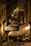Dubrovnik, Croatie, vue de nuit d'une vieille ruelle occupée d'étroit de ville photos stock