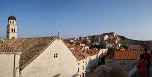 Dubrovnik, Dalm?cia/Cro?cia; 06/04/2018: arquitetura da cidade, uma vista panor?mica dos telhados alaranjados e constru??es da ci imagens de stock royalty free