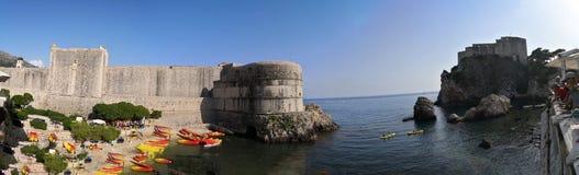 Dubrovnik, Dalmatië/Kroatië; 06/03/2018: Een vooraanzicht van de muren, het Adriatische overzees van de oude stad van Dubrovnik e stock afbeeldingen