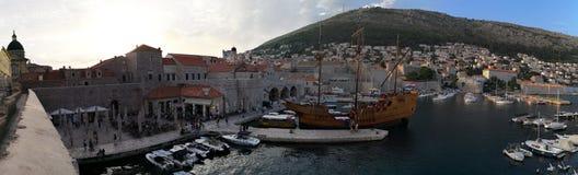 Dubrovnik Dalmatia, Chorwacja,/; 06/04/2018: panoramiczny widok stary port Dubrovnik stary miasteczko fotografia royalty free